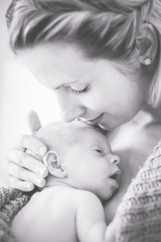 Kuschelfoto von Mama und Kind.