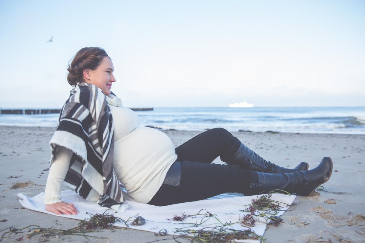 Am Strand mit Babybauch