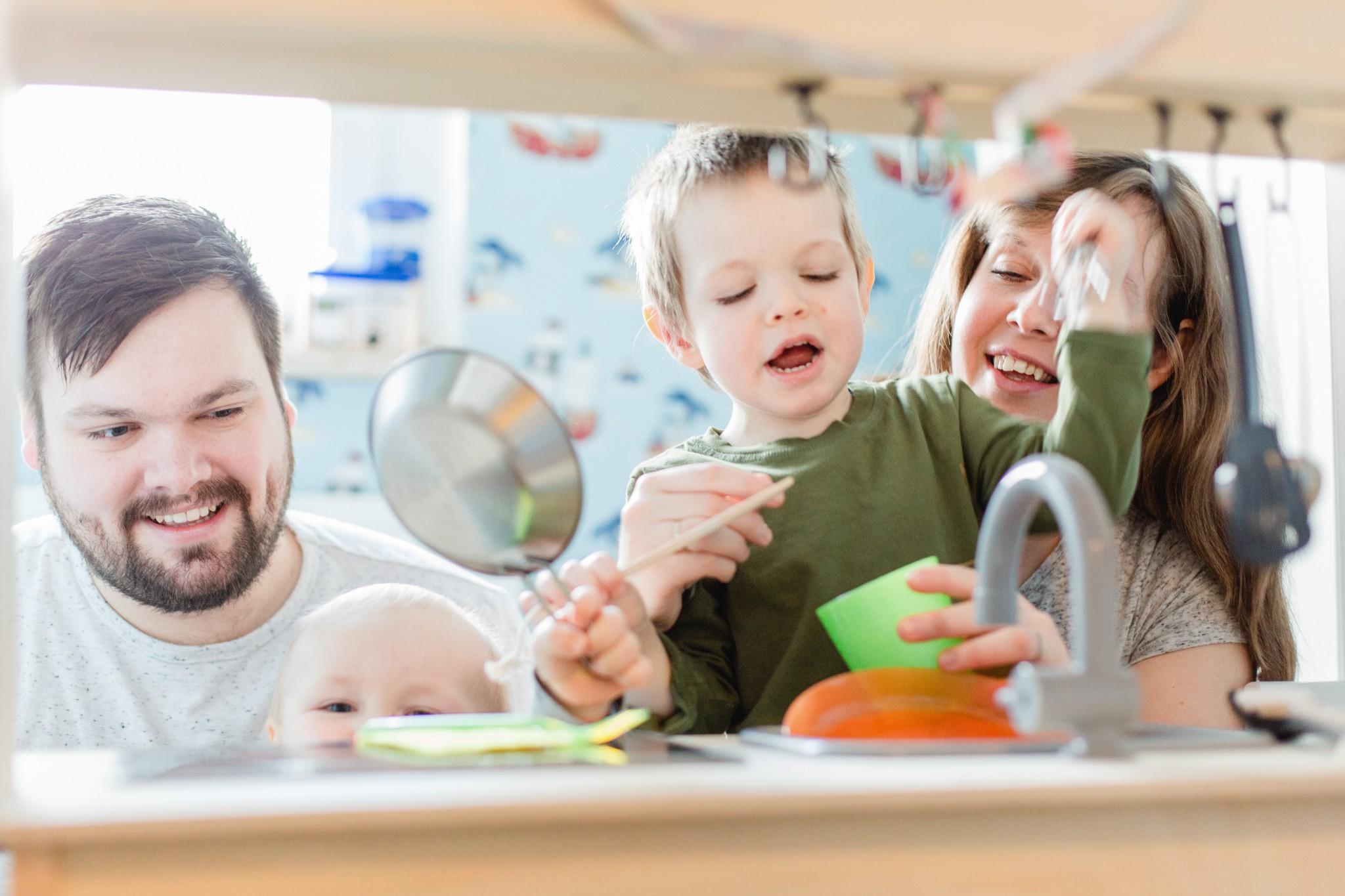 Die ganze Familie spielt mit der Kinderküche.