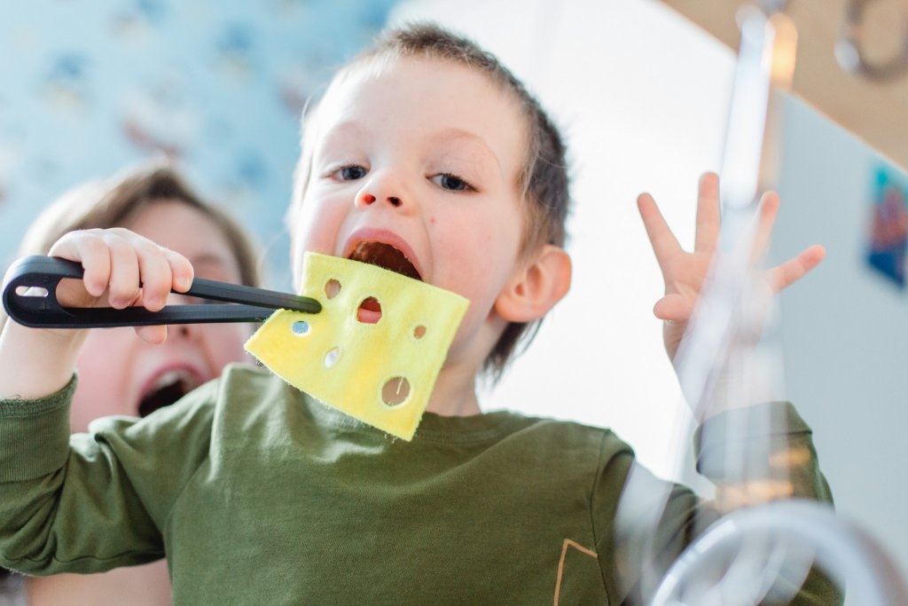 Witziges Kinderfoto mit Käse.