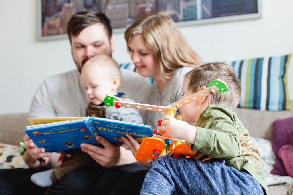Ungestellte Familienfotografie auf dem Sofa.