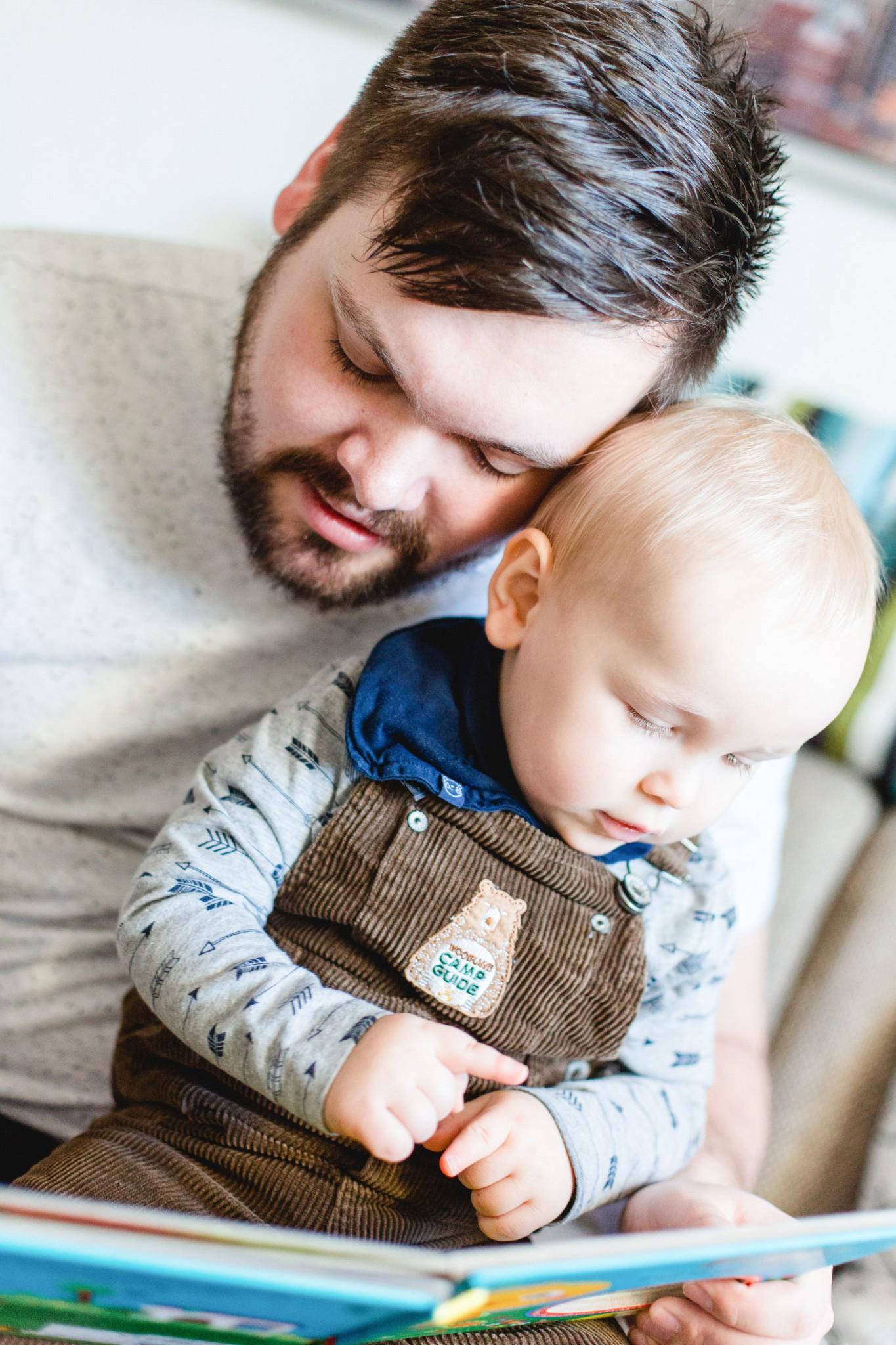 Kuschelner Papa mit seinem Sohn
