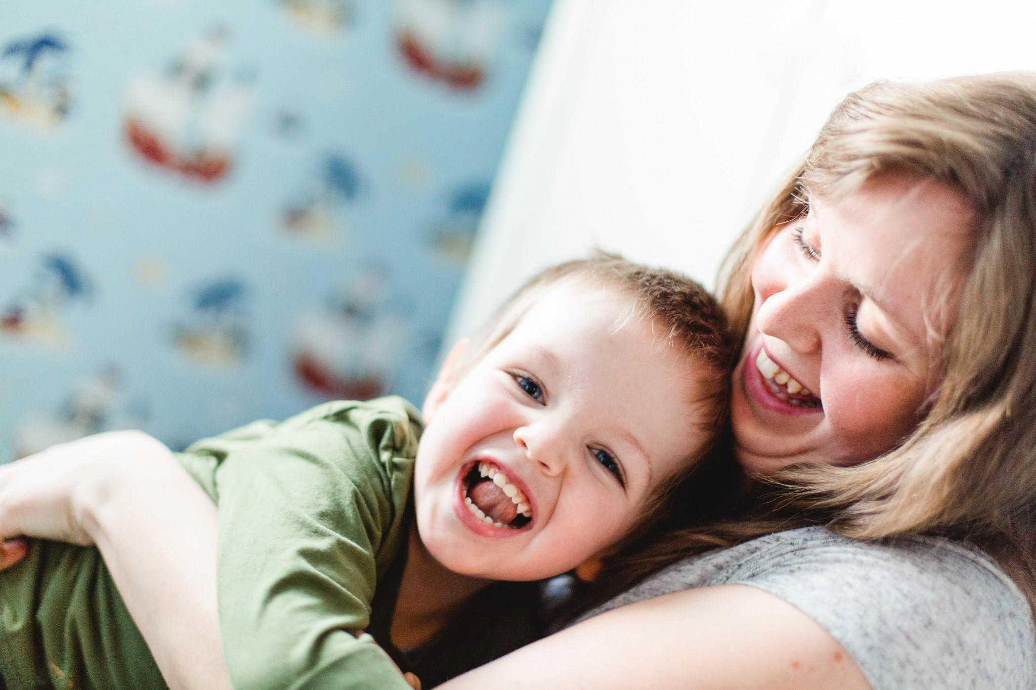 Mama und Sohn beim Kitzeln.