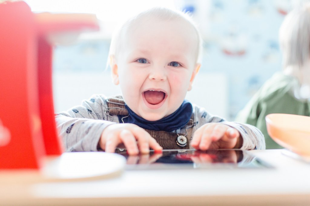 Niedliches Baby beim Familienfotoshooting.