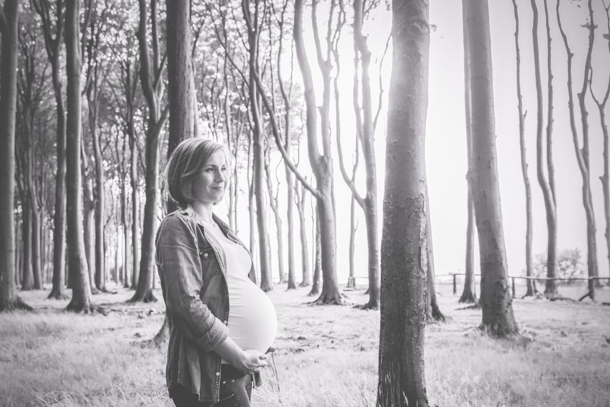 Babybauchfotos im Wald.