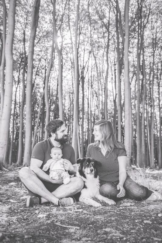Foto einer Familie im Wald.