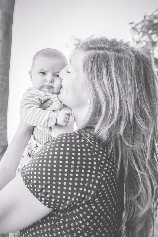 Schwarz weißes Foto von Mama und Tochter.