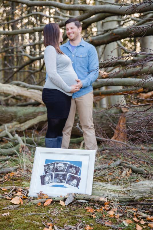 Emotionale Schwangerschaftsbilder im Wald.