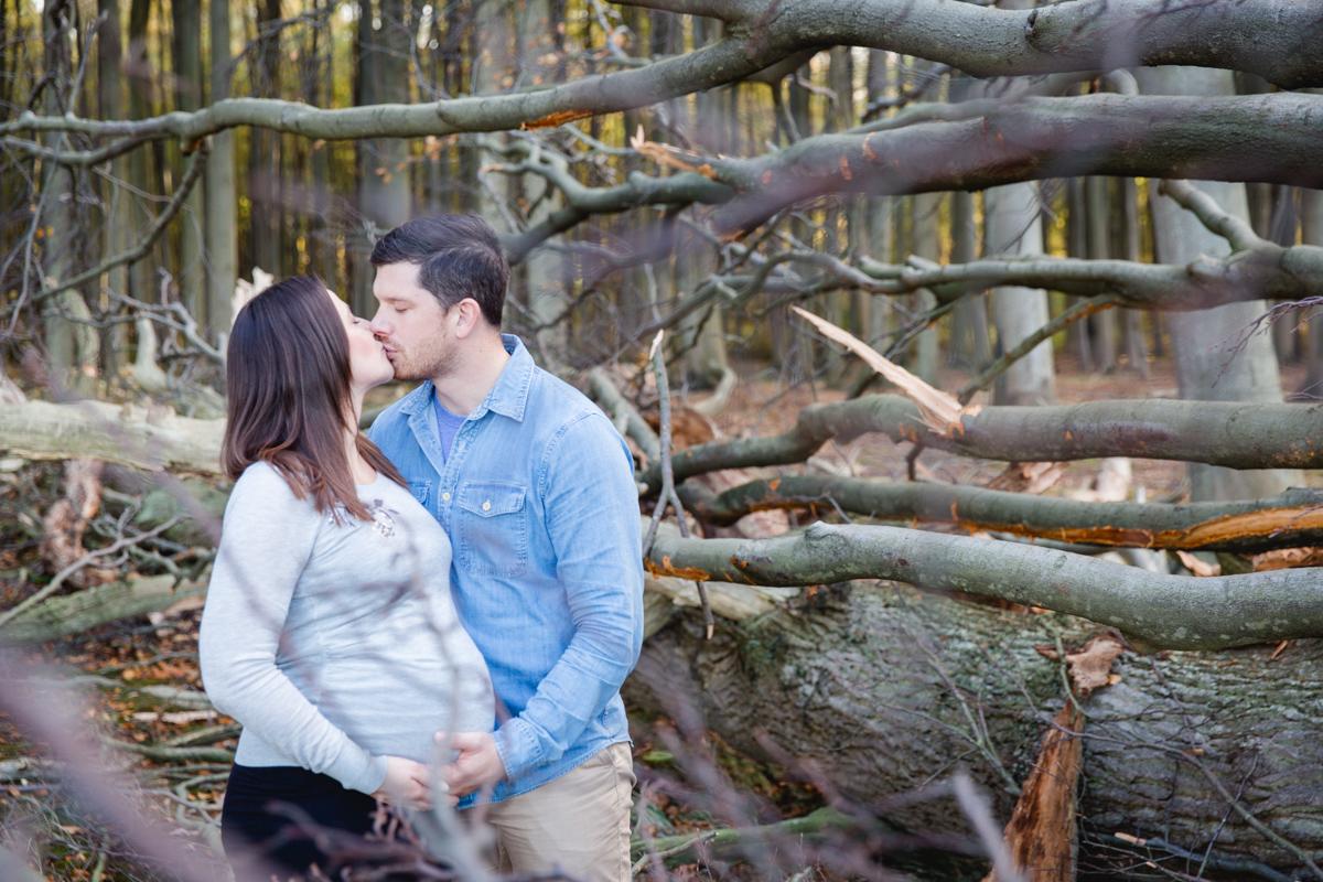 Schwangerschaftsfotos aufgenommen im Wald.