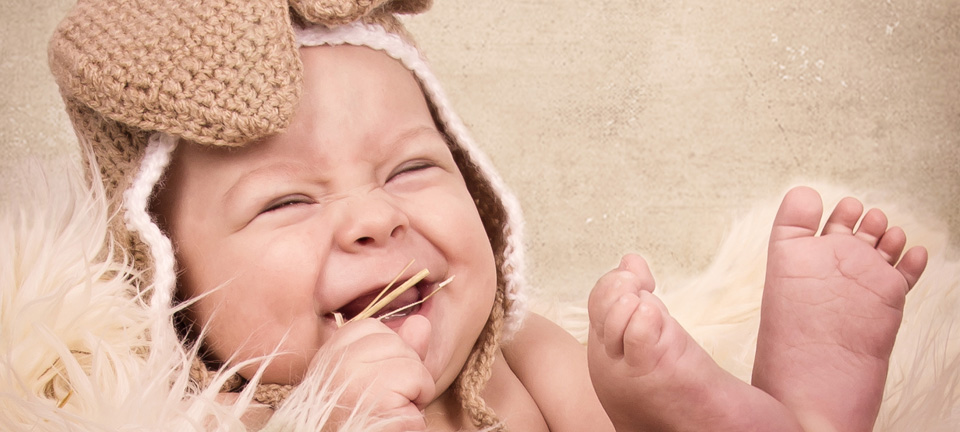 Baby beim Fotoshooting mit Osterhasenmütze