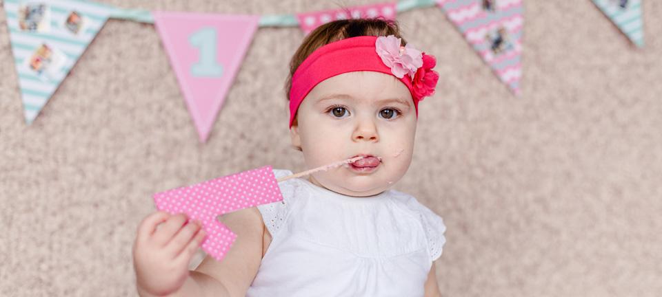Dieses Foto zeigt ein kleines Mädchen beim Cake Smash Shooting
