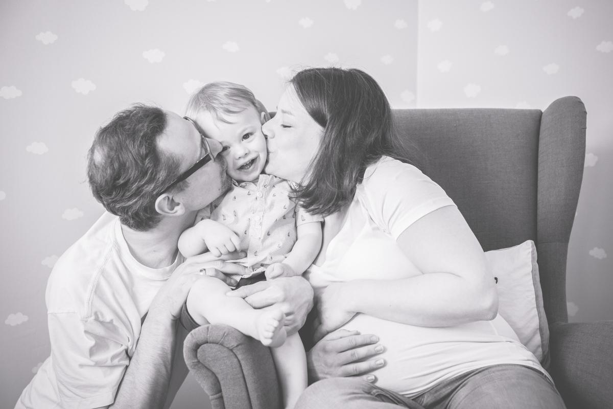 Familienfotos im Kinderzimmer.