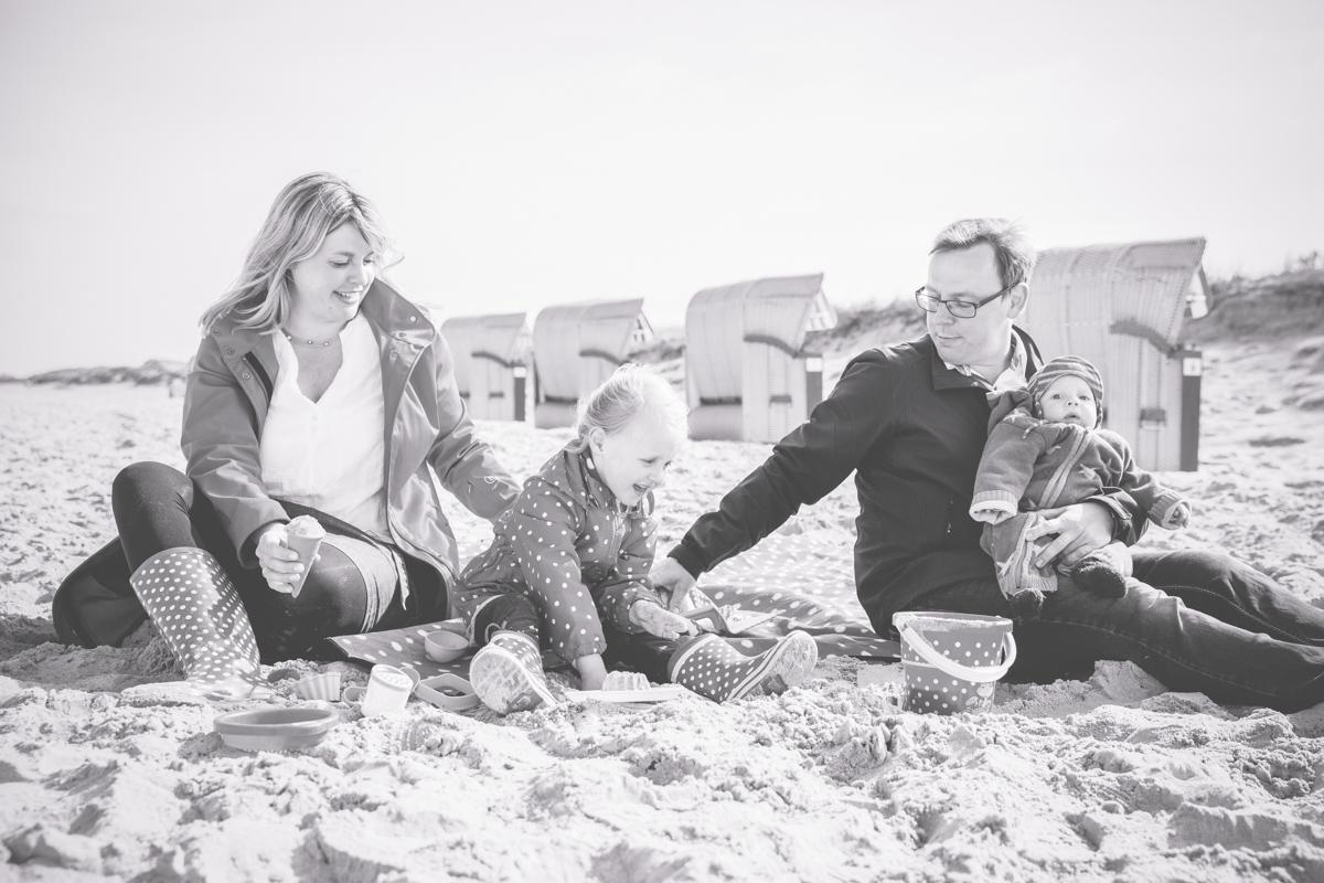 Familie buddelt am Strand.