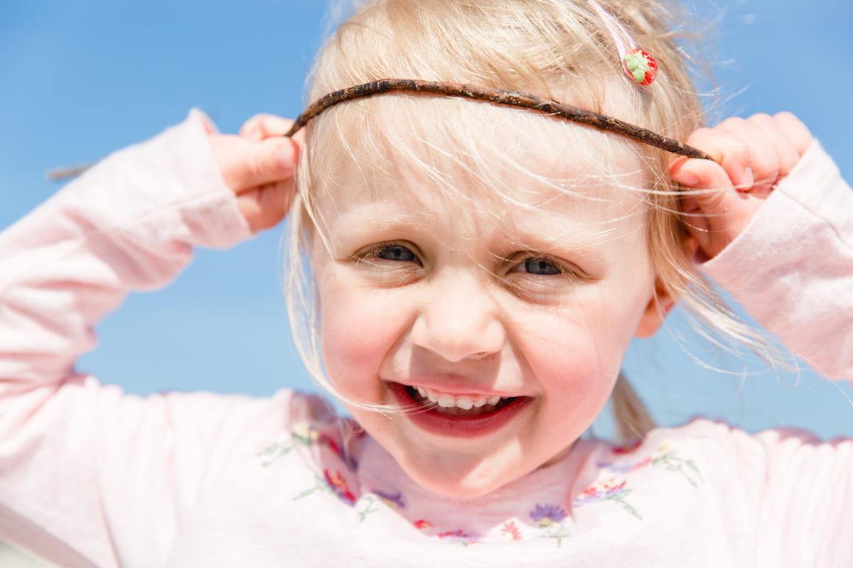 Lebendiges Kinderfoto in der freien Natur.